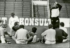 Nisse Andersson speaks with the football players before the match starts.