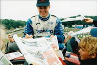 Racer driver Rickard Rydell wrote autographs with joy after the successful race at Brands Hatch.