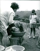 """A woman shampoos Jane Asher's hair,from behind the scene of her movie """"The Buttercup Chain."""""""