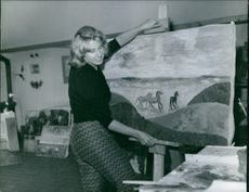 Cayetana Fitz-James Stuart, 18th Duchess of Alba, holding a painting. November 11, 1960.