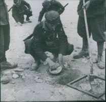 North Africa: Italian pioneers of the engineers with electronic mine detector in the search for mines. After the mine encountered made it harmless by the squib removed.