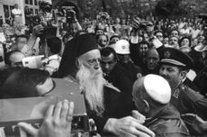 Pope Paul VI surrounded by the people.