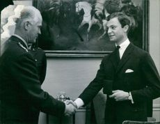 Commander-in-Chief Colonel Bertil Reuterswärd submits a memorial plaque to Crown Prince Carl Gustaf on the occasion of his birthday