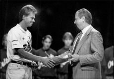 A touched Stefan Edberg receives the bravery medal from SvD's chief editor Mats Svegfors