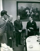 King Gustaf Adolf is awakened on his birthday by the high guard. Here with Douglas Wijkander, Bertil Reuterswärd and Hans Sköldebrand