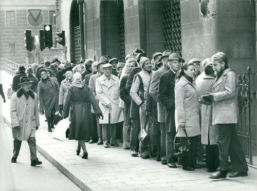 People queue outside the Debt Office on Drottninggatan to buy 1975 bonds (third loan)