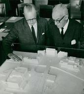 General Director Gösta Renlund and architect Sigurd Lewerentz at a model of Parliament House