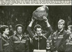 The coach Arthur Ashe holds up the cup after the United States win in the Davis Cup in 1982. Next to him are Gene Mayer, John McEnro, Peter Fleming and Bill Norris