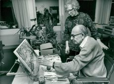The artist Erik G: son Hallström paints with his left hand, together with his wife Gunnel Frisell-Hallström.