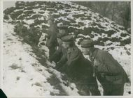Soldiers hiding in the snow during Tyskland war, 1914.