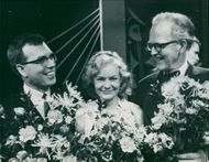 Erik Ross Posselwhite, Anna Lena Norlander and Karl Erik Grape with their fathers full of flowers after the final in the TV's