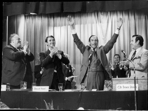Jeremy Thorpe raises his hands after the valsegern.