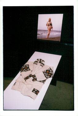 The coffin as Marilyn Monroe carried on photographs taken on Santa Monica beach in California, auctioned for $ 167,000,000