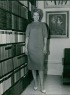 Woman standing in the library.