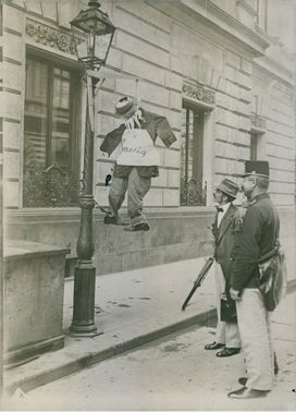 Soldiers standing in the street while looking the propaganda during Tyskland war, 1914.