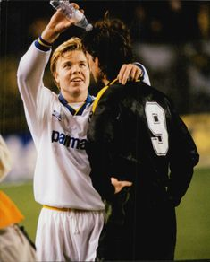 Thomas Brolin gives Dick Lidman a cooling shower after the meeting of AIK and Parma in the UEFA Cup.