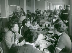 People having discussion during meal.