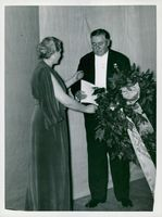 Finnish theater leader receives a floral wreath by Pauline Brunius at Dramaten