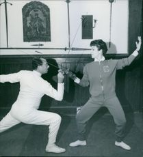 Italian actress Silvana Pampanini is learning fencing at fencing school.