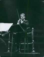Barbiroli Conducts softly and gently violin lessons.
