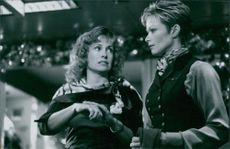 Lauren Holly and Catherine Hicks in the film Turbulence.