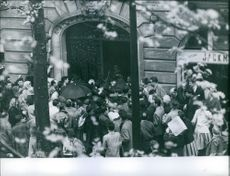 Crowd getting inside the building.
