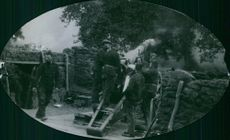 Soldiers firing cannon during the war.1914