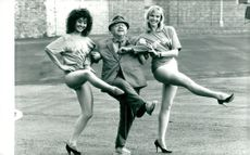 """Mickey Rooney with two opponents of """"Sugar Babies"""""""