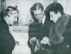 The Crown Prince couple admires together with the Swedish Institute's leader, Dr. Asta Kihlbom, an antique silver bag