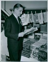 Mr. G. Leroy is delighted with the French literature at the bookshops at Seinekajen at Hamngatan