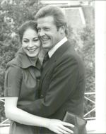 """Barbara Kellermann and Roger Moore in London in front of the recordings of the movie """"The Wolves of the Sea"""""""