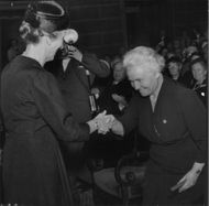 Mrs. Claire Nordenson receives his gold medal by Queen Louise at the Red Cross meeting in Stockholm