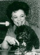 Eartha Kitt during the interview, here with his poodle and a glass of champagne