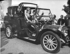 PRIME LADY DRIVING HER CAR.1912