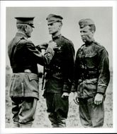 Douglas MacArthur gets a brave medal during the 1st World War by General John Persin.