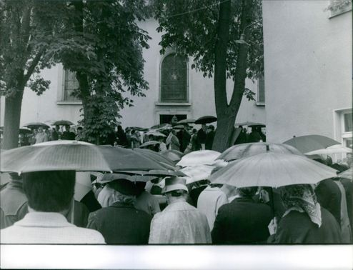 People gathered in the funeral of Therese Neumann, 1962.