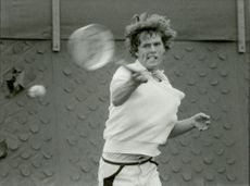 Jan Sandberg plays tennis in the SALK Hall