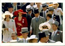Prince Charles in höghatt and with a cane during the annual Ascot