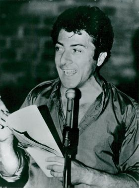 Dustin Hoffman in the role of comedian and satirist Lenny Bruce.