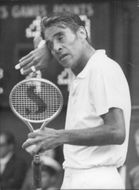 Pancho Gonzales dries in the forehead during the match against Paserell in Wimbledon in 1969