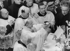 Pope Paul VI praying together.