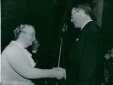 The Sigtuna Foundation's 25th anniversary. Miss Wöberg receives medal from Crown Prince Gustaf Adolf's hand