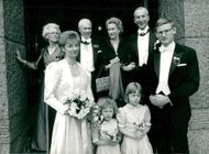 Nygifta Mia and Carl Bildt after the marriage with the parents and Gösta Bohman et al.