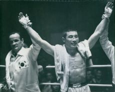 Rafree raising the hand of winner. Kim, in a worl boxing chamionship.