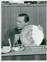 Jarl Hjalmarsson, party leader for the moderators, shows a nasty widow for the TV viewers
