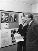 Curator Stone Ullrich and school of the board's music consultant Bengt Olof Engström takes a look at the exhibition