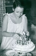 Caroline Eliacheff Hossein, wife of Robert Hossein while decorating a cake.