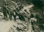 Soldiers helping the other during Tyskland war.