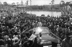 Pope Paul VI standing in car, waving.
