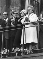 Queen Juliana standing in the balcony along with other women.